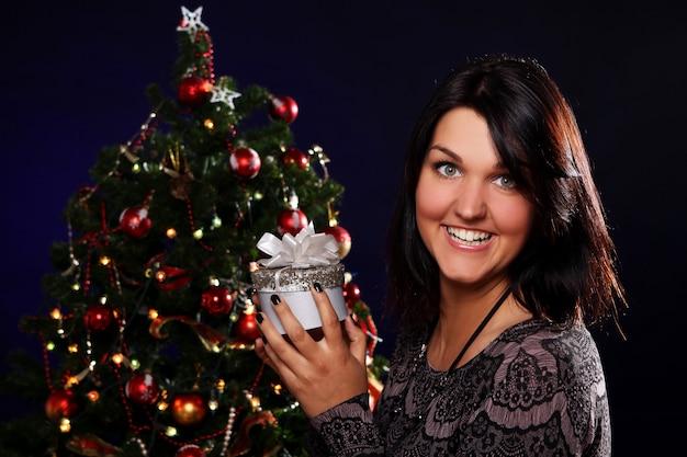 Femme Heureuse, à, Cadeau Noël Photo gratuit