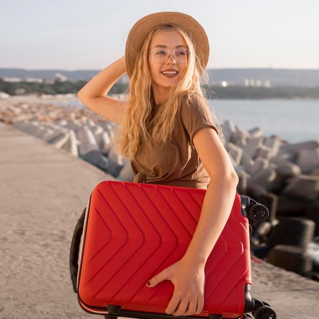 Femme Heureuse Coup Moyen Avec Bagages Photo gratuit