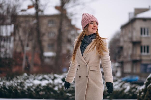 Femme heureuse dans un parc d'hiver Photo gratuit