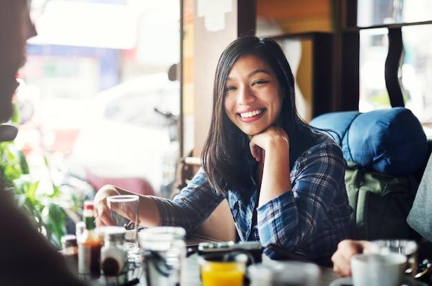 Femme heureuse dans un restaurant Photo Premium