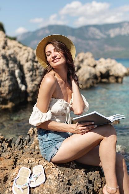 Femme heureuse avec un livre Photo gratuit