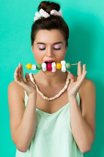 Femme Heureuse Avec Maquillage Coloré Et Bonbons Sucrés Sur Brochette Photo Premium