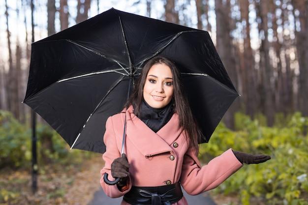 Femme Heureuse Avec Parapluie Sous La Pluie Pendant La Promenade Dans La Nature Automne Photo Premium