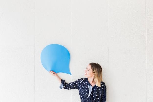 Femme heureuse en regardant le papier bulle bleu Photo gratuit