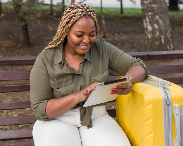 Femme Heureuse Regardant à Travers Sa Tablette Photo gratuit
