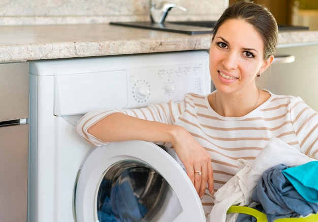 Femme Heureuse, S'appuyer, Machine à Laver Photo gratuit