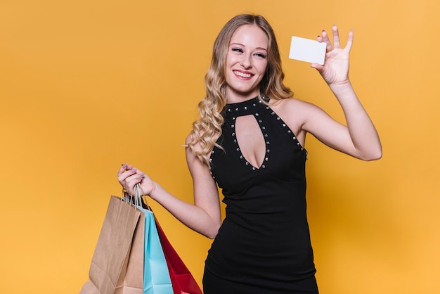 Femme heureuse avec des sacs à provisions et carte Photo gratuit