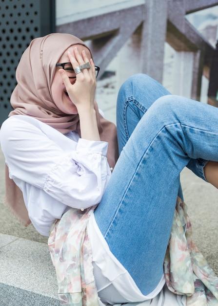 Femme avec hijab et chemise blanche Photo gratuit