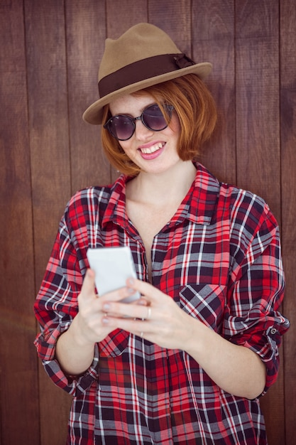 Femme hipster souriante sur son smartphone Photo Premium