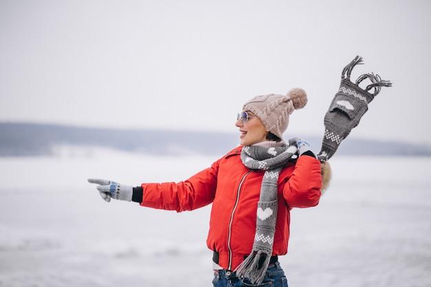 Femme en hiver au bord du lac Photo gratuit