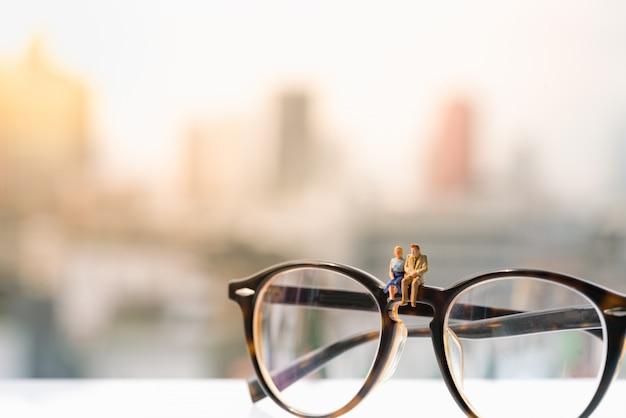 Une femme et un homme amoureux assis sur des lunettes avec des origines urbaines. Photo Premium