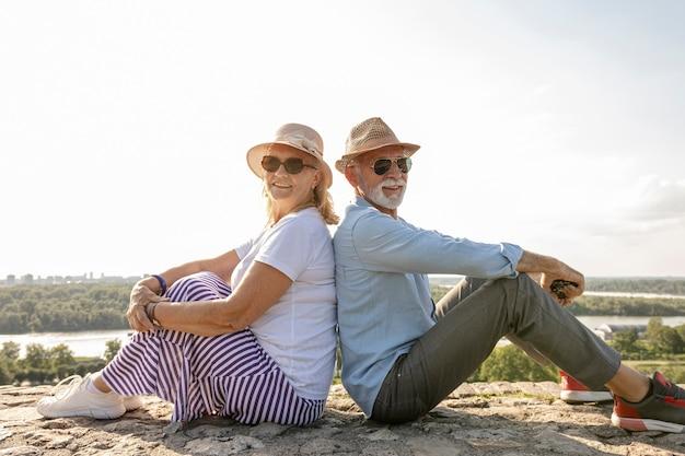 Femme et homme assis dos à dos Photo gratuit