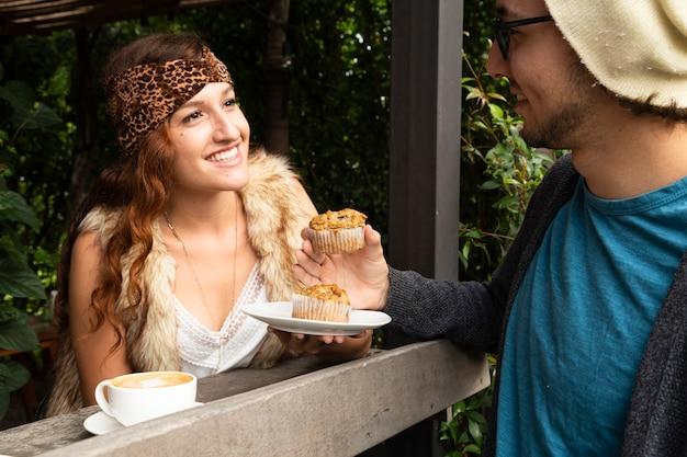 Femme et homme au café Photo gratuit