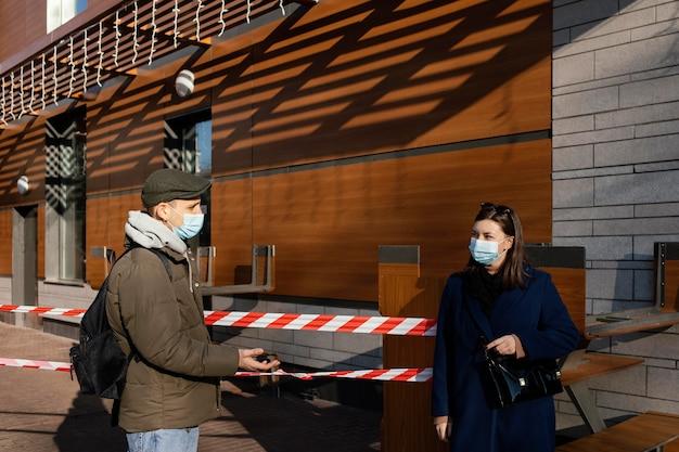 Femme Et Homme Sur Rue Portant Un Masque Photo gratuit