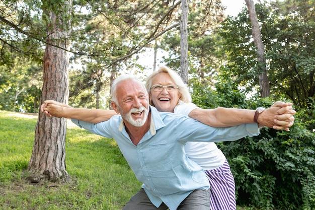 Femme et homme s'amusant ensemble Photo gratuit