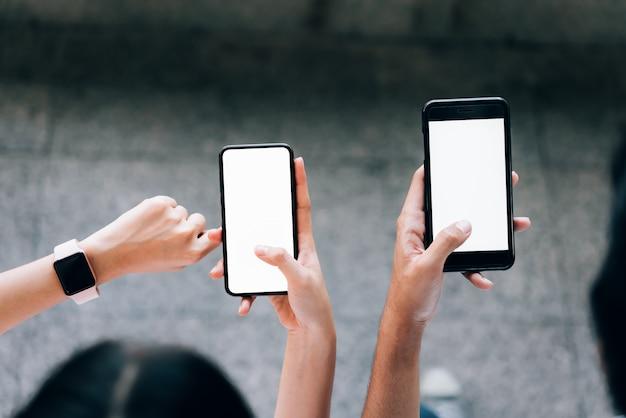 Femme et homme tenant un smartphone, maquette d'écran vide. en utilisant un téléphone portable sur le style de vie. technologie pour le concept de communication. Photo Premium