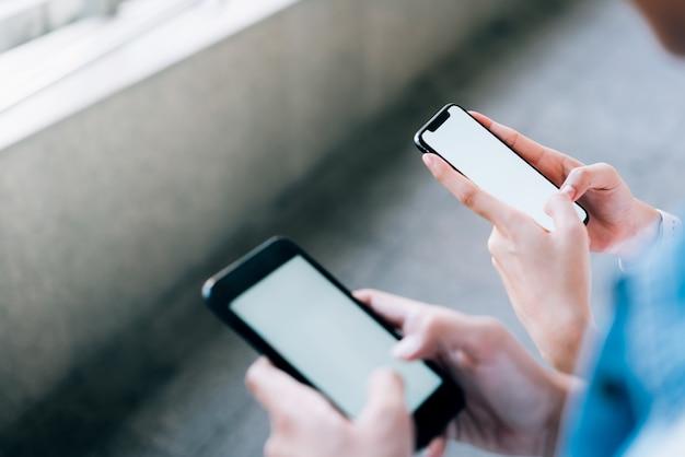 Femme et homme tenant un smartphone Photo Premium