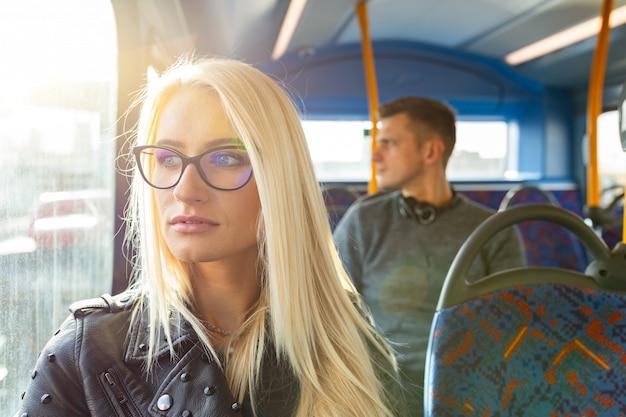 Femme et homme voyageant en bus à londres Photo Premium