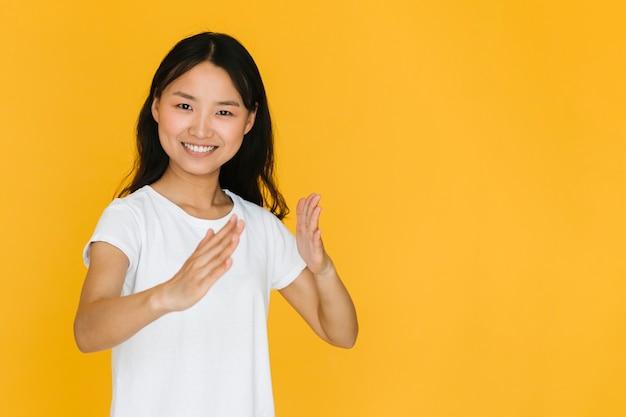 Femme imitant un mouvement de karaté Photo gratuit