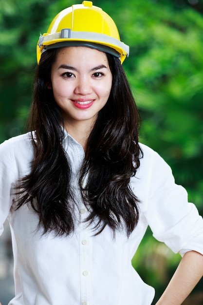 Femme ingénieur avec un casque Photo Premium