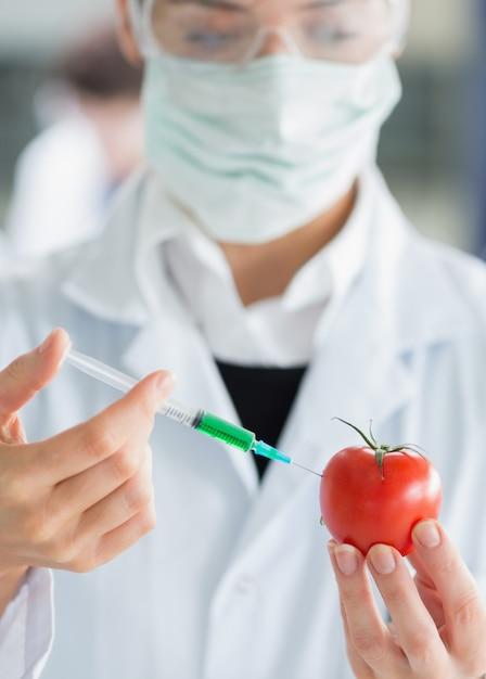 Femme, injection, tomate Photo Premium
