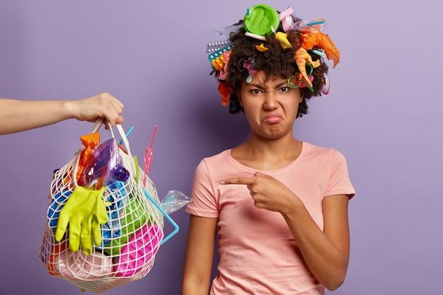 Femme Insatisfaite Posant Avec Des Ordures Dans Ses Cheveux Photo gratuit