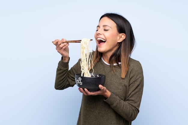 Femme, Isolé, Bleu, Mur, Tenue, Bol, Nouilles, Baguettes, Manger Photo Premium