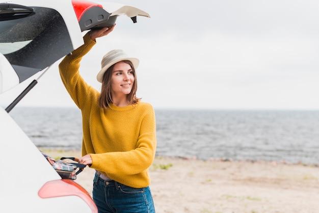 Femme itinérante prenant son sac à dos Photo gratuit