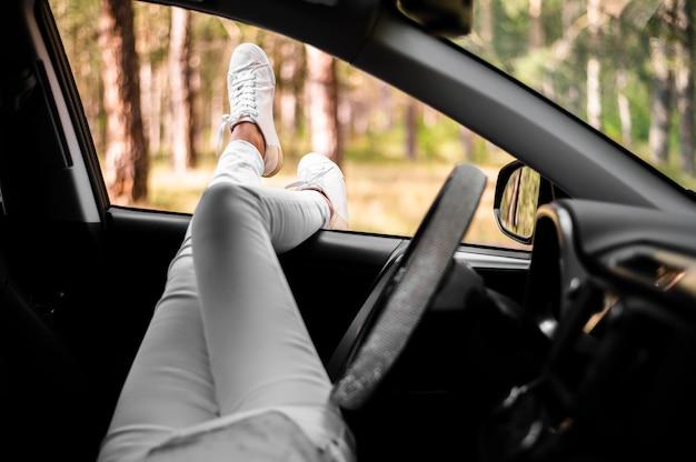 Femme, jambes, dehors, fenêtre voiture Photo gratuit