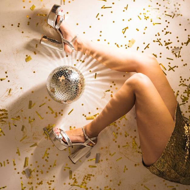 Femme jambes sur le sol de la fête avec la lumière de la ...