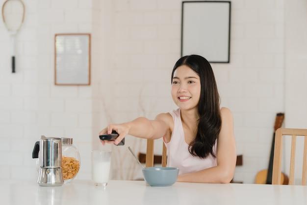 Femme japonaise asiatique prend le petit déjeuner à la maison Photo gratuit