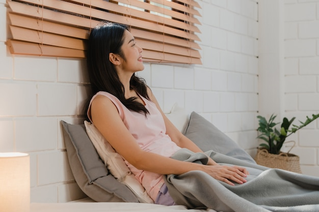 Femme japonaise asiatique se réveille à la maison. Photo gratuit