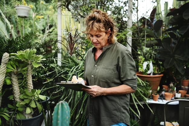 Femme jardinage Photo Premium