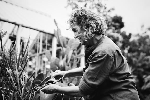 Femme jardinant dans une serre Photo gratuit