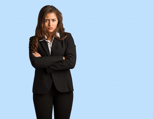 Femme jeune busines complet du corps traversant les bras détendu Photo Premium