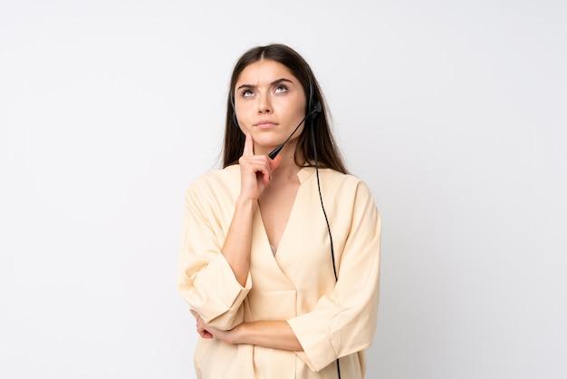 Femme Jeune Télévendeur Sur Blanc Isolé, Pensant Une Idée Photo Premium