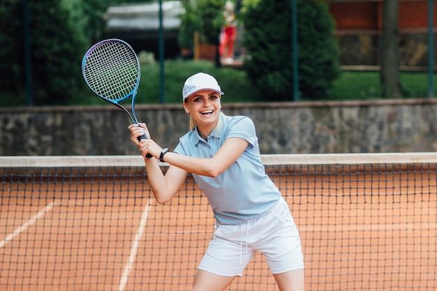 Femme jouant au tennis et attendant le service. Photo Premium