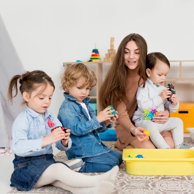 Femme, Jouer, à, Enfants, à, Rubik's, Cube Photo gratuit