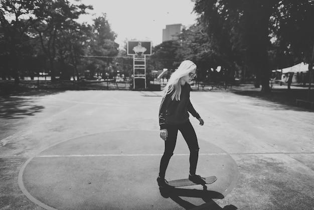Femme, Jouer, Skateboard, Dans, Basket-ball Photo gratuit