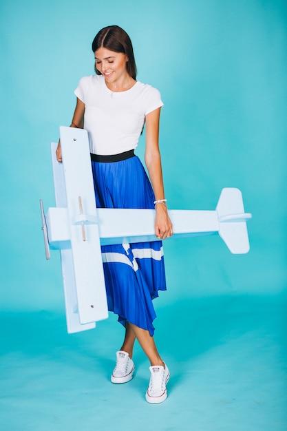Femme, jouet, avion, fond bleu Photo gratuit