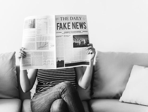 Femme, journal lecture Photo gratuit