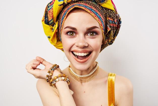 Femme Joyeuse émotionnelle Avec Un Turban Sur Sa Tête De Gros Plan De Studio De Vêtements Traditionnels. Photo De Haute Qualité Photo Premium