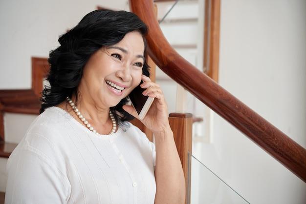 Femme Joyeuse, Parler Au Téléphone Photo gratuit
