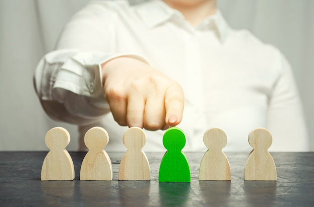 Femme leader choisit la personne dans l'équipe. Photo Premium
