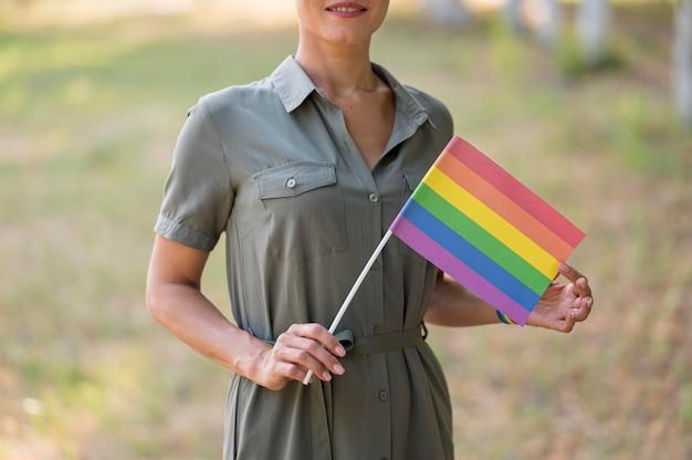 Femme Lesbienne Avec Gros Plan De Drapeau Photo gratuit