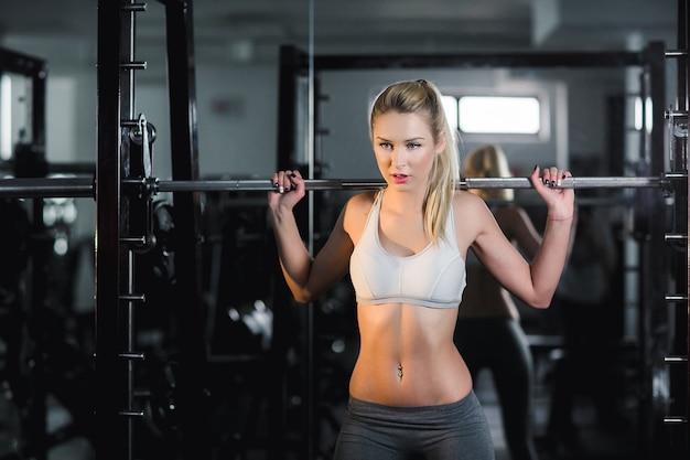 Femme levage haltères actifs Photo gratuit