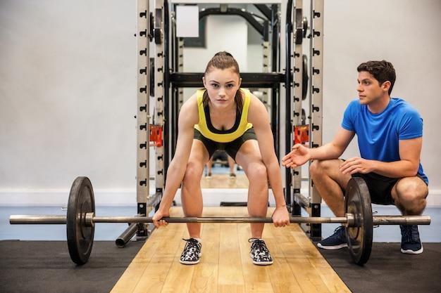 Femme, levage, haltères, à, entraîneur, repérer, elle Photo Premium