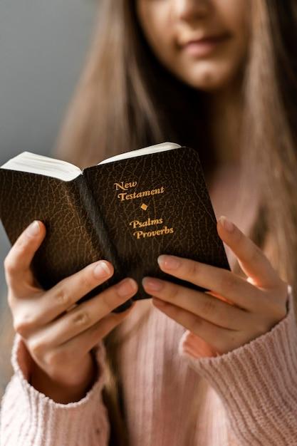 Femme Lisant De La Bible Photo gratuit
