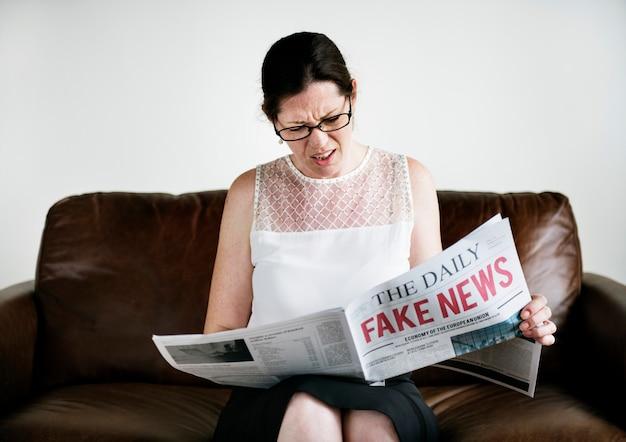 Une femme lisant de fausses nouvelles Photo Premium