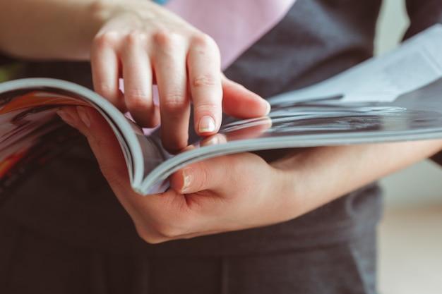 Femme lisant un magazine à la maison Photo Premium